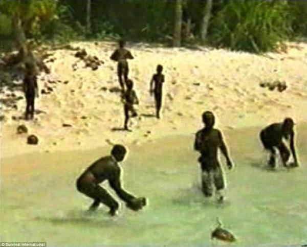 Một bức ảnh hiếm hoi khác về hoạt động sinh hoạt của người dân đảo Sentinel.