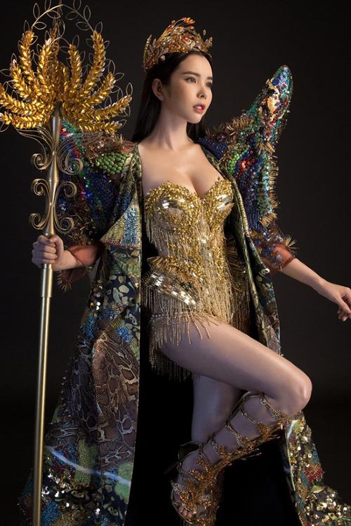 Huỳnh Vy chọn trang phục dân tộc cótên Nữ thần mùa màng nặng 20 kg tại cuộc thiMiss Tourism Queen Worldwide 2018.