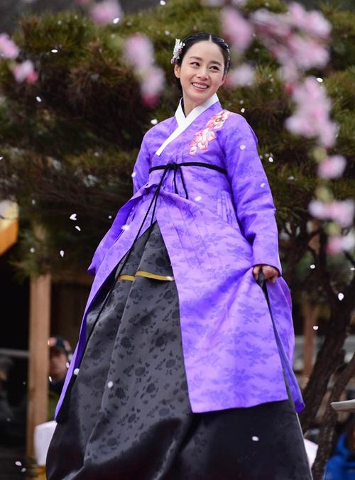 Kim Tae Hee hóa thân thànhhoàng hậutrong bộ phimJang Ok Jung, Lives in Love(2013). Tác phẩm này khôngthành công về mặt tỷ suất khán giả xem đài nhưng côvẫnthu hút sự chú ý của khán giả nhờ tạo hình xinh lung linh.