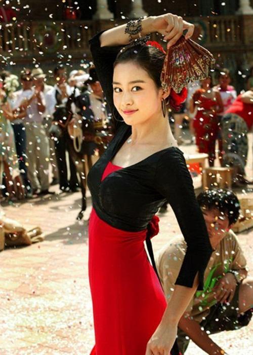 Hình ảnh trong CF huyền thoại của Kim Tae Hee. Đây cũng là quãng thời gian mỹ nhân họ Kim trở thành nữ hoàng quảng cáo. Nhờ gương mặt đẹp, cô luôn được các nhãn hàng ưu ái.