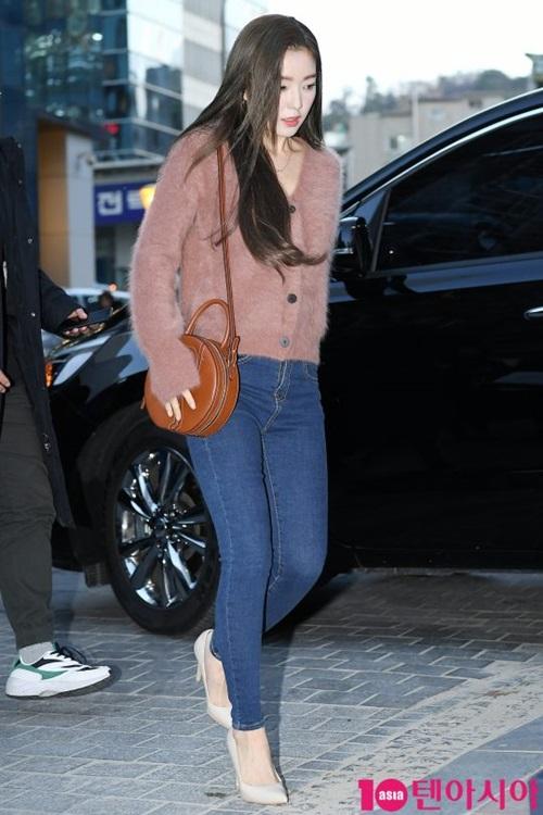 Các fan nhận xét đây là một diện mạo quá đỗi mỏng manh trong thời tiết giá lạnh tại Hàn. Đáng ra họ nên cho cô ấy mặc ấm áp hơn, một fan bình luận.