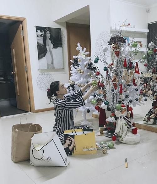 Trà Ngọc Hằng tự tay trang trí cây thông Noel trong căn hộ riêng dù 1 tháng nữa mới đến Noel.
