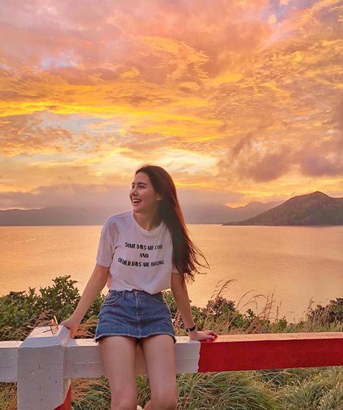 Phanh Lee hào hứng với khung cảnh Côn Đảo chiều hoàng hôn đẹp như tranh vẽ.