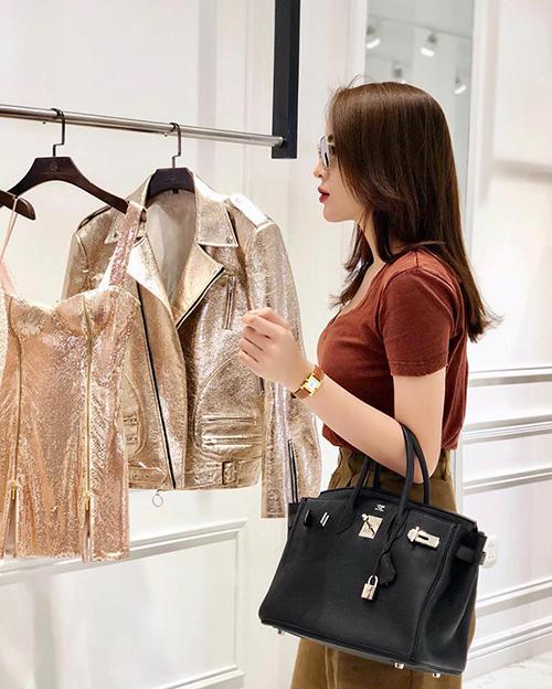 Kỳ Duyên khoe vẻ sang chảnh với cây đồ tiền tỷ khi đi mua quần áo.