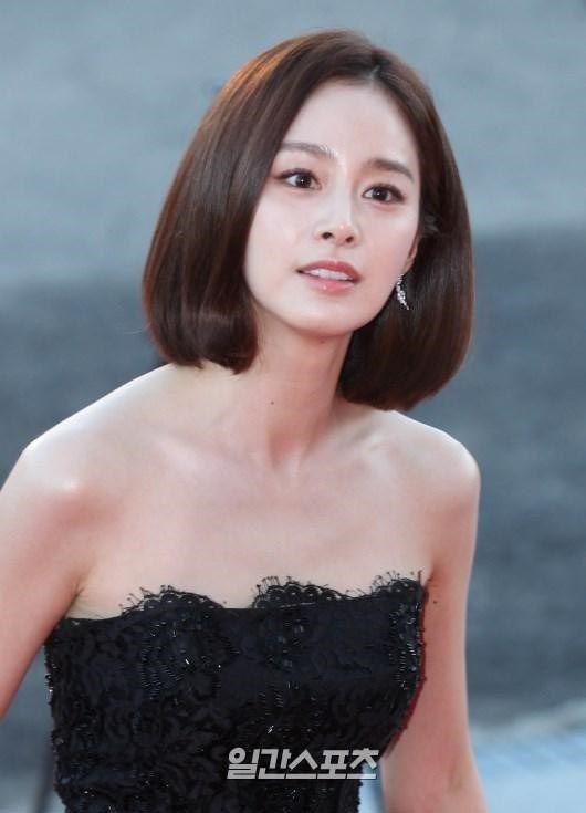 Kim Tae Hee đẹp không tì vết trên thảm đỏ Korea Drama Awards 2015. Đây là năm cô lột xác hình tượng thành công với mái tóc ngắn cá tính sau bộ phim Yongpal.