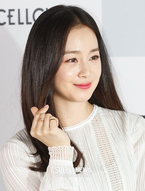 Năm nay, dù không có hoạt động phim ảnh nào nhưng cô vẫn đứng đầu danh sáchNhững nữ nghệ sĩ xinh đẹp được người Hàn yêu thích 2018. Có thể thấy rằng Kim Tae Hee luôn là người đẹp chiếm được tình cảm của số đông khán giả nhờ nhan sắc trời phú, đời tư trong sạch và tính cáchthân thiện,