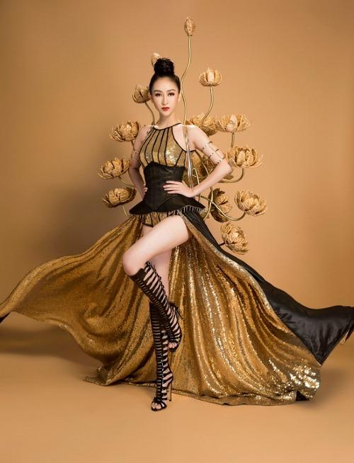 Bộ trang phục mang tên Chiến binh hoa của NTK Nguyễn Minh Công lấy cảm hứng từ hình ảnh phụ nữ Việt Nam mạnh mẽ và bản lĩnh để giúp Hà Thu tỏa sáng tại Hoa hậu Trái đất 2017.