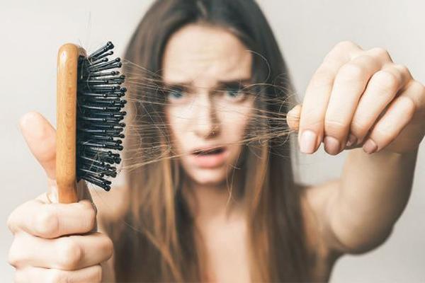 Rụng tóc ở tuổi 17, vì sao?