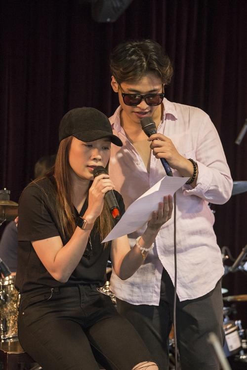 Bùi Anh Tuấn - Mỹ Tâm là hai ca sĩ trong một đêm nhạc có chủ đề Những dấu son âm nhạc tới đây. Ngày 22/11, các nghệ sĩ có buổi tập luyện với ban nhạc.