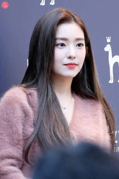 Lần xuất hiện này, Irene được khen tới tấp về nhan sắc đỉnh cao. Nhiều người cho rằng phong cách make-up đậm cũng giúp cô nàng tươi tắn hơn mọi ngày.