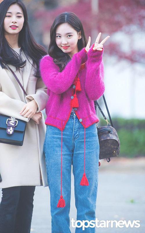 Trong kỳ comeback mới, Na Yeon xuất hiện với đôi má căng tròn đáng yêu. Gu thời trang của thành viên Twice thường bị chê là khá khó hiểu, rườm rà.