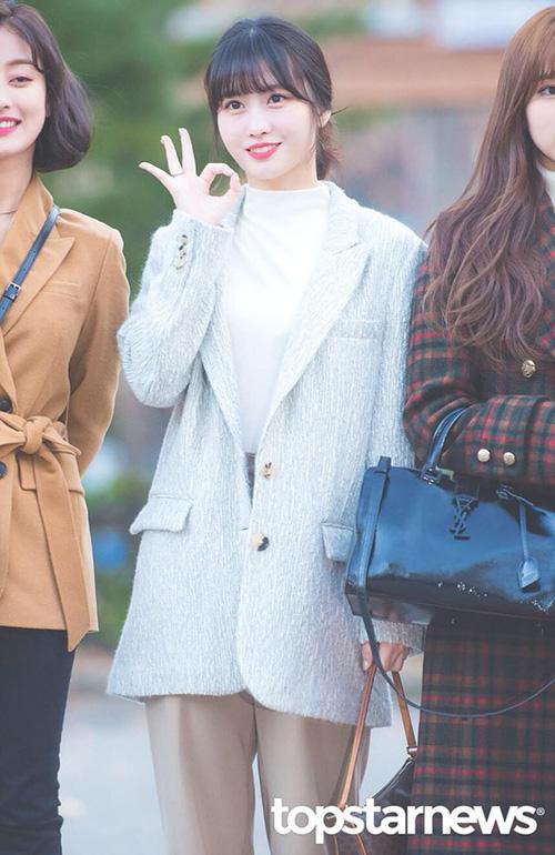 Momo thực hiện lại động tác vũ đạo trong ca khúc Yes or Yes. Các thành viên Twice nhận được nhiều lời khen nhờ nhan sắc long lanh khi đi làm lúc sáng sớm.