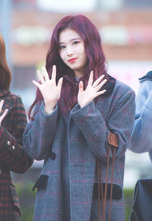 Mái tóc màu tím tạo nên nét cá tính của Sana. Cô nàng được nhận xét là thành viên hợp với mọi màu tóc.