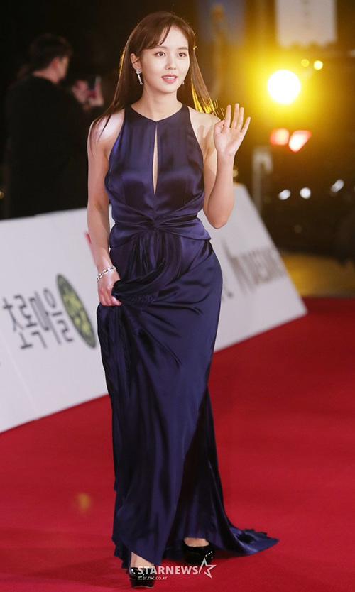 Ngôi sao nhí Kim So Hyun nay đã lớn và táo bạo với váy xẻ ngực. Nữ diễn viên đã bước sang tuổi 20 - độ tuổi trưởng thành ở Hàn Quốc.