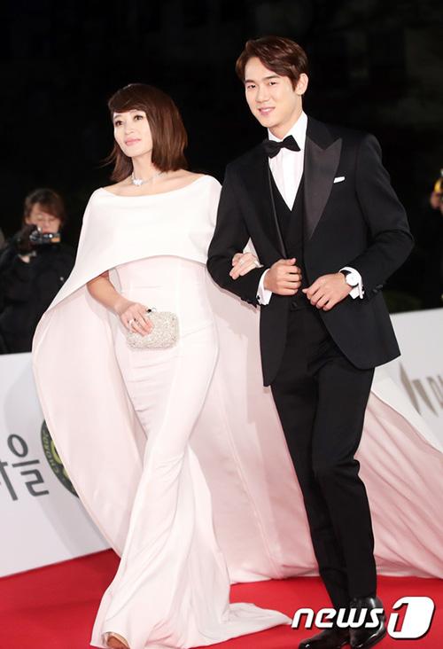 Chị Đại của làng điện ảnh xứ Hàn Kim Hye Soo sánh bước bên mỹ nam Yoo Yeon Seok. Nữ diễn viên khoe cơ thể đồng hồ cát với mẫu váy trắng bó sát nóng bỏng. Nam diễn viên Yoo Yeon Seol trở thành MC trẻ tuổi nhất của giải thưởng Rồng Xanh.