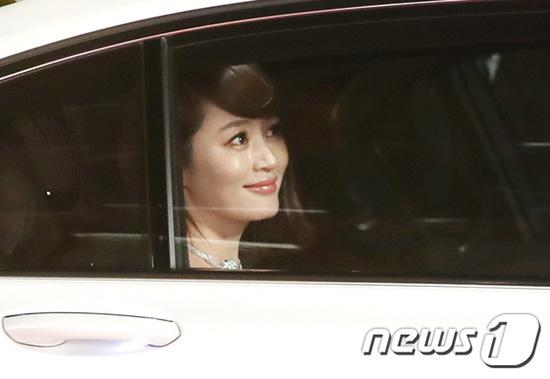 Bức ảnh chụp qua cửa kính xe của Kim Hye Soo cũng ấn tượng như một cảnh phim. Ngôi sao 48 tuổi luôn xuất hiện với vẻ đẹp chỉn chu, quyến rũ.