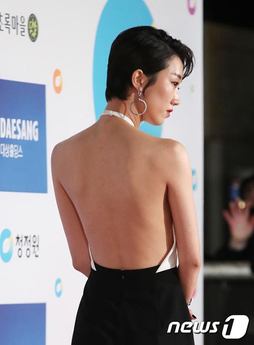 Diễn viên Lee Ju Young hút mọi ống kính với chiếc váy lộ tấm lưng trần sexy trên thảm đỏ.