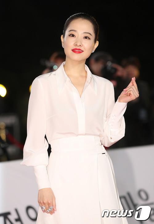 Park Bo Young quá khác lạ với kiểu trang điểm mắt mèo sắc lạnh, môi đỏ. Khó ai nhận ra được đây là nữ diễn viên chuyên nhận những vai đáng yêu, ngọt ngào trên màn ảnh.