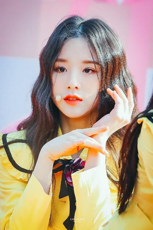 Hee Jin sinh năm 2000, là thành viên của nhóm nhạc 12 thành viên LOONA, vừa ra mắt hồi tháng 8 vừa qua. Nhờ gương mặt đẹp nổi trội, cô nàng tân binh này đang được rất nhiều fan yêu thích.