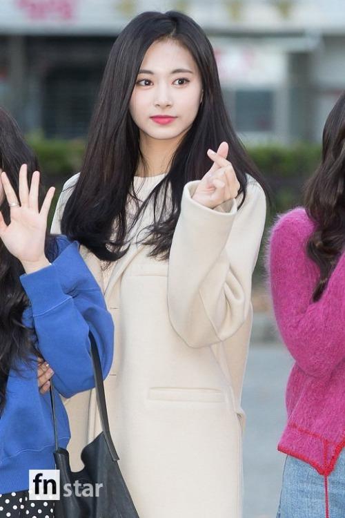 Các cô gái Twice thu hút mọi sự chú ý khi đến tổng duyệt cho show Music Bank. Tzuyu bắn tim cho người hâm mộ.