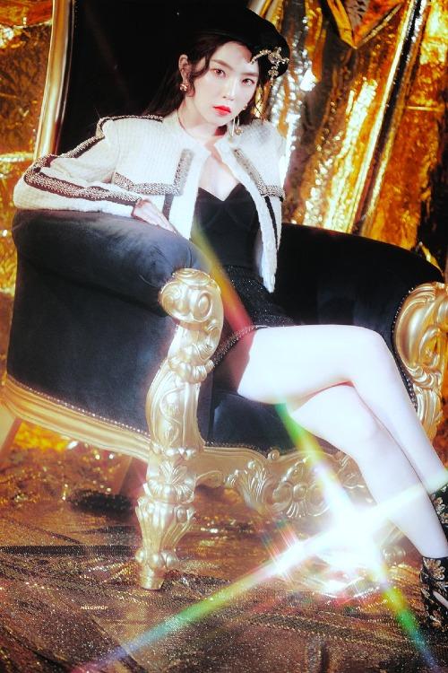 Không hổ danh là nữ hoàng concept, Irene đẹp bất chấp mọi phong cách. Trái với hình ảnh năng động, tươi sáng trong Power Up, hình tượng của Red Velvet trong lần trở lại này khá u tối và đậm chất girlcrush.