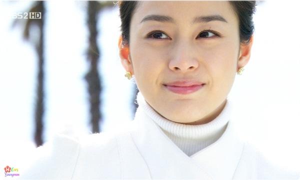Năm 2009, Kim Tae Hee tham gia phim bom tấn IRIS. Diễn xuất của nữ diễn viên còn hạn chế nhưng...em đẹp nên được tha thứ.Kim Tae Hee hóa thân thànhhoàng hậutrong bộ phimJang Ok Jung, Lives in Love(2013). Tác phẩm này khôngthành công về mặt tỷ suất khán giả xem đài nhưng côvẫnthu hút sự chú ý của khán giả nhờ tạo hình xinh lung linh.