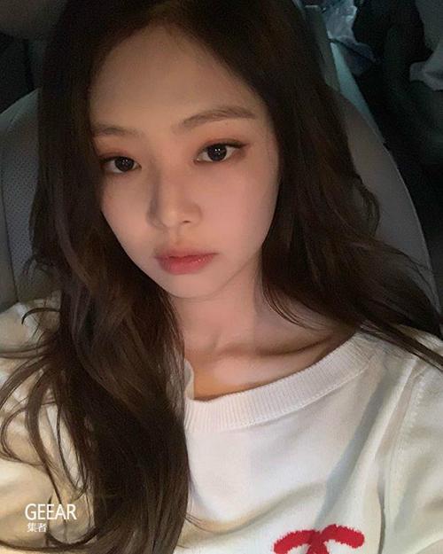 Chỉ cần một lớp son với độ bóng nhẹ, Jennie đã thu hút 2,2 triệu lượt thích. Rất nhiều người tò mò thỏi son mà idol sang chảnh đang sử dụng.
