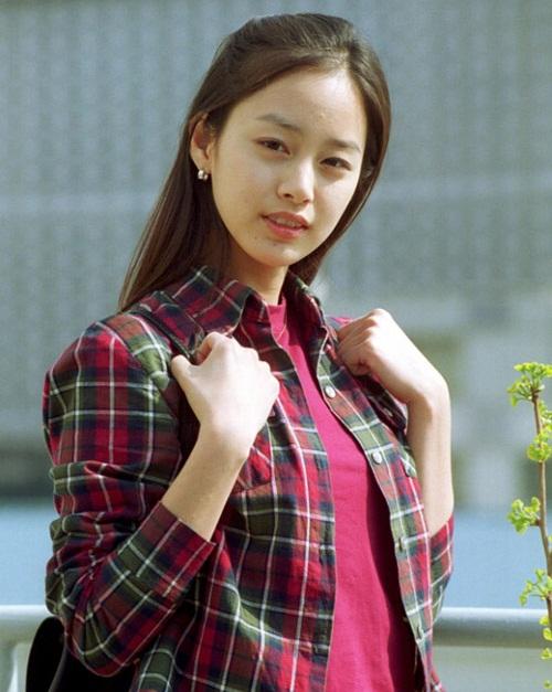 Ngay khi còn là một thiếu nữ mới đôi mươi bước chân vào làng giải trí, Kim Tae Hee đã được khen ngợi về nhan sắc tự nhiên trời phú. Đạo diễn phimLast Present(2001)khi nhìn thấy người đẹp sinh năm 1980đã hết lời khen ngợi vẻ đẹp của cô và nhận định rằng, cô sẽ là sao lớn trong tương lai.