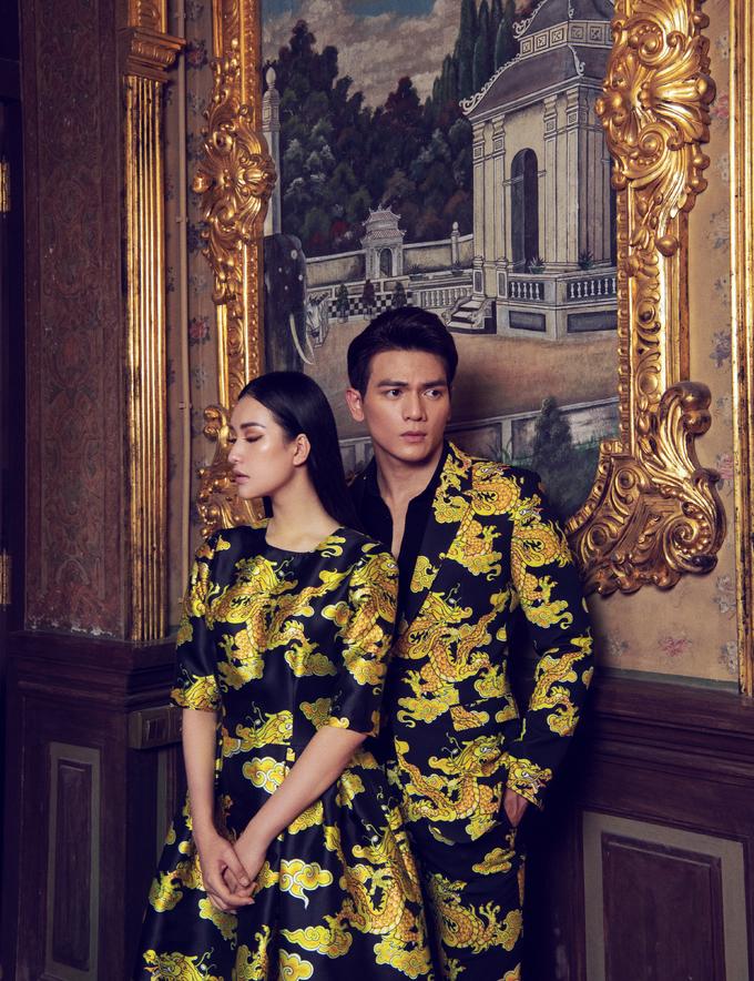 <p> Trong bối cảnh hoài cổ của cung An Định hơn 100 năm tuổi, Lê Xuân Tiền và Ngọc Trân mang đến nét đẹp của những thiết kế sang trọng, tối giản của NTK Đỗ Mạnh Cường.</p>