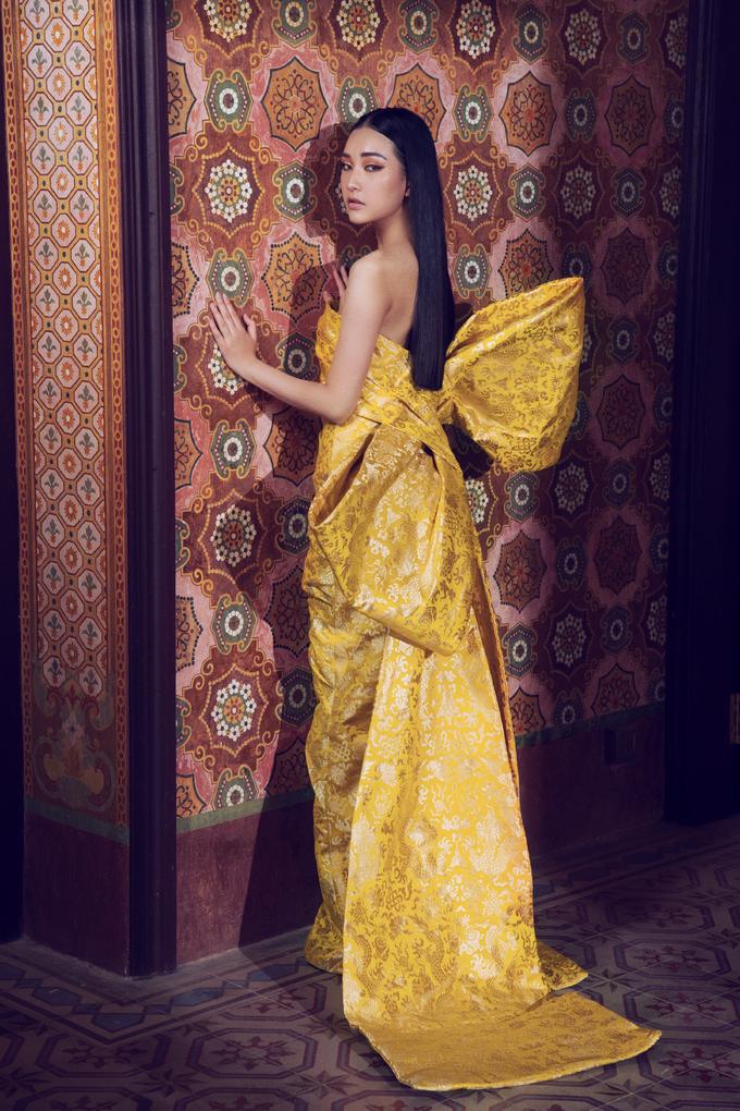 <p> Trang phục trở nên đặc biệt hơn với sự phản quang ánh sáng ở nhiều góc độ. Bảng màu vàng được biến chuyển liên tục từ sắc vàng chanh rực rỡ đến tông vàng cam ấm áp hay sắc vàng đồng sang trọng.</p>