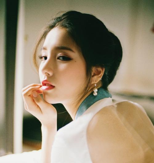 Chiếc mũi cao, thon gọn với dáng mũi hình chữ L khiến góc nghiêng của Hee Jin không thua kém bất cứ nữ thần sắc đẹp nào tại Hàn.