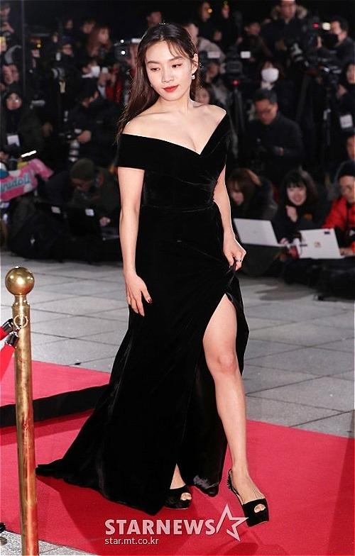 Choi Hee Seo chọn kiểu váy trễ vai, lộ vòng một sexy trên thảm đỏ.