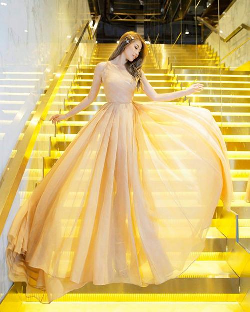 Bộ đầm xuyên thấu với tông vàng mơ sang trọng giúp chân dài Quỳnh Châu tỏa sáng như nữ thần trong một sự kiện gần đây. Thiết kế với chất liệu vải bay bổng và tôn dáng này là của NTK Trần Hùng.