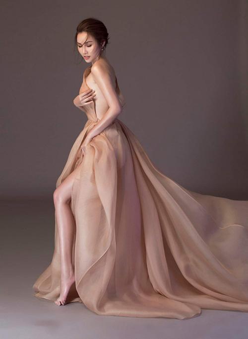 Á hậu 2 Hoa hậu các quốc gia 2017 Thanh Trang diện váy theo kiểu lả lơi, hững hờ tôn lên thân hình nuột nà. Cả bốn mỹ nhân từng mặc chiếc váy này đều đẹp bất phân thắng bại.