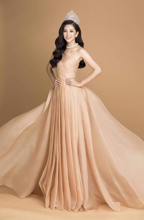 Trước Quỳnh Châu, nhiều chân dài, người đẹp cũng chọn mặc bộ váy xếp ly duyên dáng này. Trần Tiểu Vy là một trong những người đẹp diện đầu tiên để thực hiện bộ ảnh ngay sau khi đăng quang Hoa hậu Việt Nam 2018.