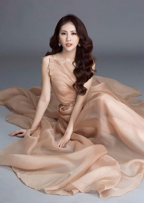 Xử lý chất liệu để tạo cảm giác bay bổng, mong manh cho người mặc vốn là thế mạnh của NTK Trần Hùng.