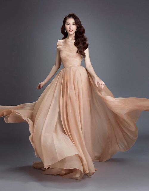 Giải Vàng Siêu mẫu Việt Nam 2018 Bùi Quỳnh Hoa cũng từng diện chiếc váy này để tôn lên vòng eo con kiến.