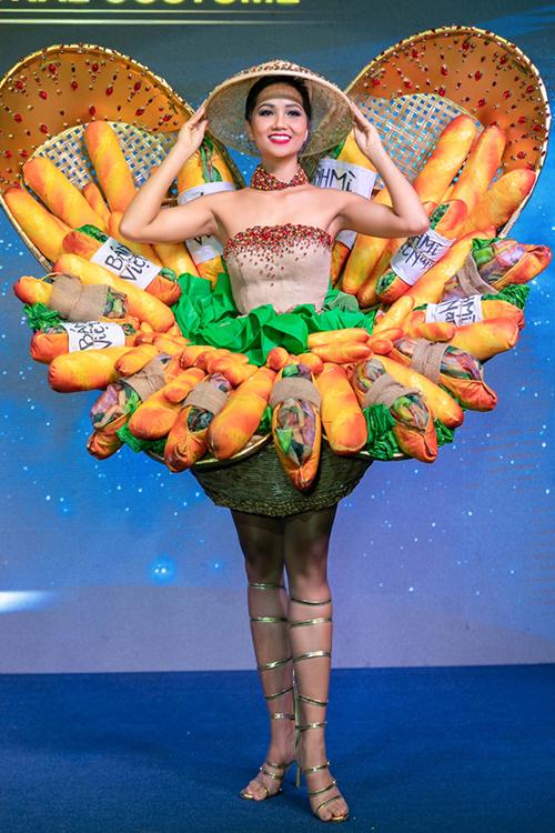 Trang phục dân tộc là một trong những phần thi đặc sắc nhất của Miss Universe, giúp đại diện các quốc gia có thể quảng bá được nét văn hóa của quê hương. Năm nay, HHen Niê sẽ mang thiết kế lấy cảm hứng từ ổ bánh mì thịt dân dã của người Việt đến đấu trường sắc đẹp quốc tế. Trang phục có tên Bánh mì của NTK Phạm Phước Điền nhận về nhiều ý kiến trái chiều. Tuy nhiên khó phủ nhận đây là bộ trang phục dân tộc độc đáo nhất của đại diện Việt Nam ở Miss Universe từ trước đến nay.