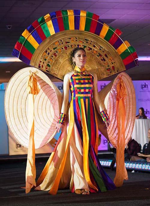 Ba năm nay, đơn vị nắm giữ bản quyền Miss Universe ở Việt Nam lựa chọn quốc phục cho đại diện Việt Nam từ một cuộc thi thiết kế được tổ chức riêng, thay vì đặt hàng các nhà thiết kế như trước. Cũng nhờ vậy, trang phục dân tộc của Việt Nam ngày càng đột phá về ý tưởng, hoành tráng về kích thước. Năm ngoái, Nguyễn Thị Loan mang đến cuộc thi bộ Hồn Việt, ý tưởng chủ đạo là nón lá và trống đồng với hai chiếc nón khổng lồ làm điểm nhấn.