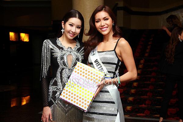 Đại diện Việt Nam không quên chúc mừng sinh nhật cũng như gửi tặng Jenny Kim món quà ý nghĩa là bộ áo dài trắng tinh khôi có tên cô được đính đá lấp lánh. Người đẹp Hàn Quốc lấy làm bất ngờ và cảm ơn Minh Tú. Cô hứa sẽ diện trang phục này ở sự kiện phù hợp.