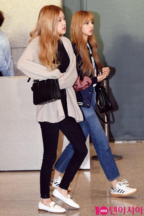 Black Pink trở về Hàn Quốc sau khi dự sự kiện. Rosé giữa ấm với kiểu áo cardigan. Nữ ca sĩ lộ đôi chân gầy gò khi mặc quần skinny.