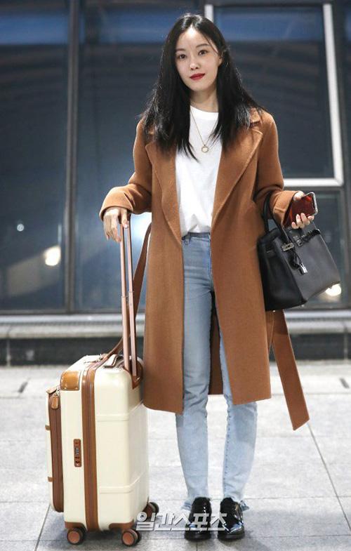 Áo trench coat như của Hyo Min là item không thể thiếu trong tủ đồ mùa đông.