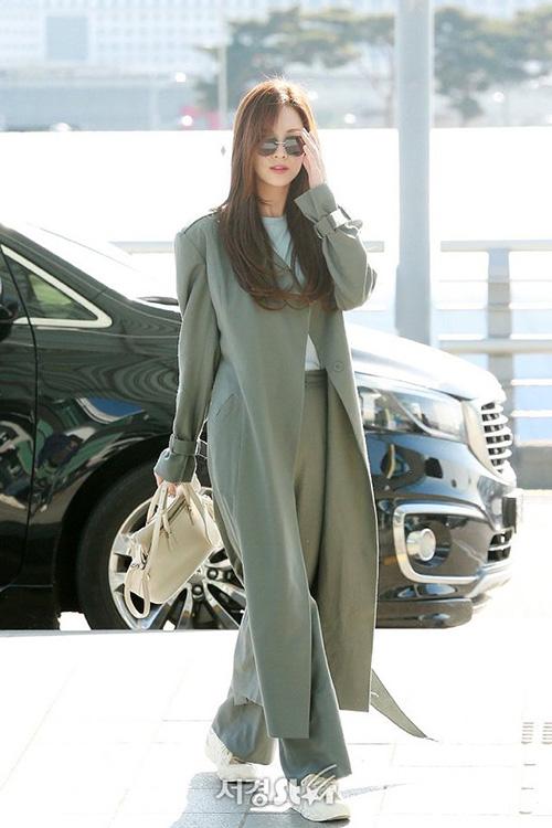 Seo Hyun nổi tiếng với hình tượng giống một nữ thừa kế quyền lực khi ra sân bay. Em út của SNSD chọn set đồ màu xám thanh lịch, áo khoác dáng dài. Giày thể thao tăng tính năng động, trẻ trung cho set đồ.