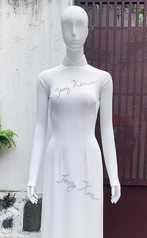Trước lúc lên đường sang Ba Lan tranh tài, Minh Tú đã tìm các số đo của đương kim hoa hậu và nhờ hai nhà thiết kế Phạm Sĩ Toàn - Huỳnh Bảo Toàn (thương hiệu Kinzu) thực hiện món quà đặc biệt này.