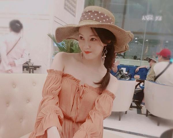 Hyo Min khoe vai trần nõn nà, vẻ xinh đẹp trẻ trung khi đi chơi ở Nha Trang.