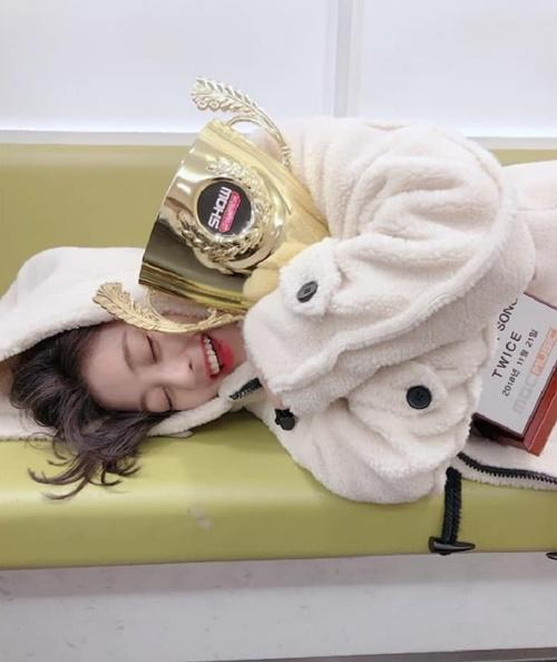 Nhóm giành chiến thắng với ca khúc mới, Ji Hyo sướng đến mức ôm chặt cúp không buông cả khi nằm.