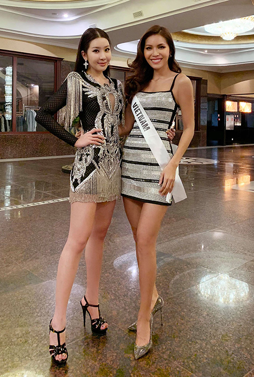 Minh Tú vui vẻ trò chuyện và chụp ảnh lưu niệm bên Jenny Kim. Hồi tháng 8, cả hai có dịp gặp gỡ khi cô tiên răng thỏ đảm nhận vai trò giám khảo trong đêm chung kết hành trình tìm kiếm Miss Supranational Vietnam 2018 tại Seoul, Hàn Quốc.