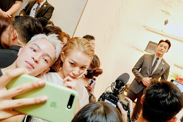 Phí Phương Anh và Kelbin Lei nhí nhảnh selfie khi có cơ hội gặp gỡ Bi Rain.
