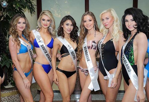 Các thí sinh trình diễn trang phục áo tắm tự chọn.