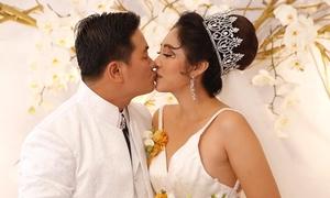 Đặng Thu Thảo khóa môi chú rể, hát tặng khách mời trong đám cưới